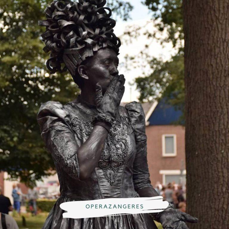 levend standbeeld operazangeres