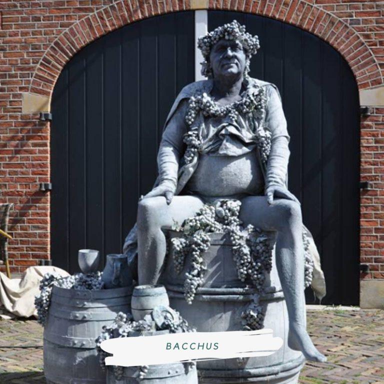 living statue bacchus god van de wijn
