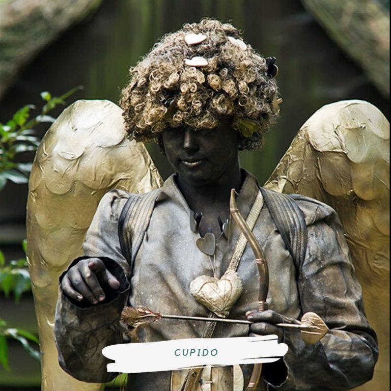 living statue cupido liefdespijl