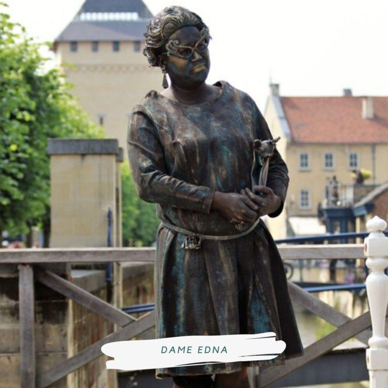 living statue dame edna