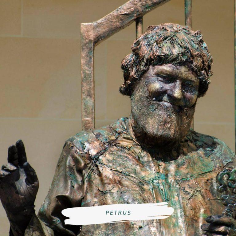 levend standbeeld petrus bij de hemelpoort
